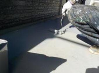 バルコニー床のトップコートを施工しています。双和のポリルーフS-4Sを使用しています。