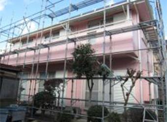 塗装工事が終わって、足場解体前の状態です。これで足場を解体すれば工事完了になります。