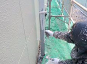 雨樋の下塗りの様子です。ニッペのパーフェクトプライマーを使用しています。