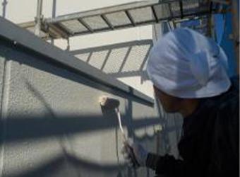 パラペット部分の上塗りの様子です。エスケー化研のクリーンマイルドシリコンを使用しています。