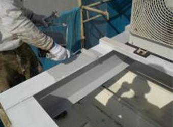 エアコン室外機架台の中塗りの様子です。