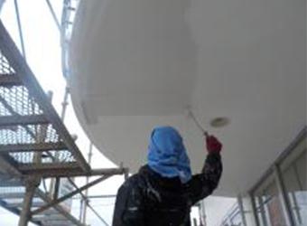 軒天部分の中塗りの様子です。エスケー化研のクリーンマイルドシリコンを使用しています。