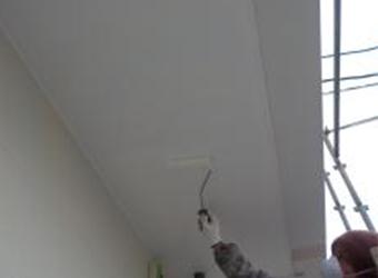 軒天部分の上塗りの様子です。同じくエスケー化研のクリーンマイルドシリコンを使用しています。