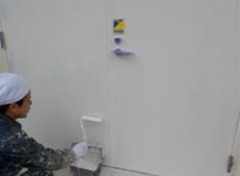 通用口、鉄扉の下塗りの様子です。エスケー化研のマイルドボーセイを使用しています。