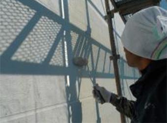 中塗り作業に入ります。エスケー化研のクリーンマイルドシリコンを使用しています。