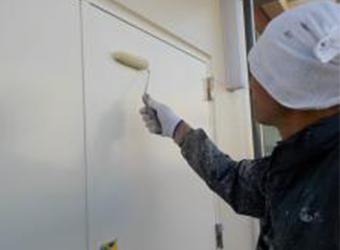 鉄扉の上塗りの様子です。エスケー化研のクリーンマイルドシリコンを使用しています。