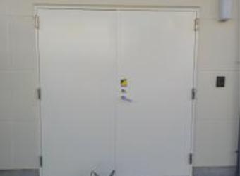 鉄扉の上塗りが完了しました。