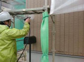 高圧洗浄をしています。長年の汚れを落とすことで、新たな塗料の密着度をアップします。