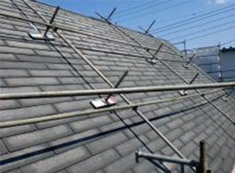 屋根の高圧洗浄が完了した様子です。しっかり洗ってあげるとこのように既存の塗料が剥がれ新規の塗料がしっかりと密着します。