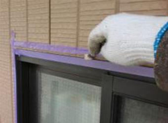 窓廻りにマスキングをして、シールプライマーを塗布しています。