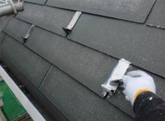 屋根の雪止め部分もさび止めします。ニッペのパーフェクトプライマーを使用しています。