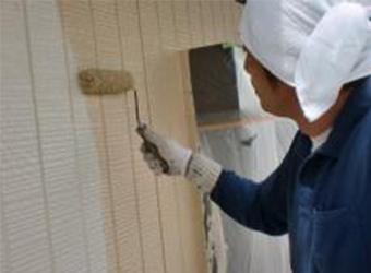 外壁の上塗りをしています。エスケー化研のクリーンマイルドシリコンを使用しています。中塗りと上塗りのカラーを変えることにより、塗り残しが起こらないようにしています。