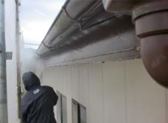 高圧洗浄をしています。この後、樋受け金物が錆びてしまっていたので、雨樋をすべて撤去しました。