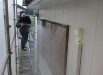 外壁の高圧洗浄をしています。雨戸もていねいに洗います。