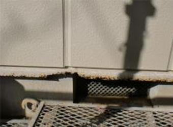 土台水切りは潮風ですっかり錆びてしまっていました。これは後に交換します。