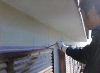 窓まわりはシールプライマーを塗布後、コーキングを増し打ちしました。