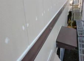幕板の上部にも新しいコーキングを充填します。これをやらないと雨漏りの原因になることがあります。