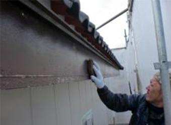 鼻隠し板はラワンという木材が使用されていました。ていねいにケレンして、古い塗膜や汚れを落とします。