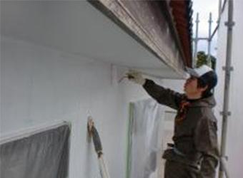 下塗りの様子です。サイディング部分にはエスケー化研の水性ミラクシーラーエコを使用しています。