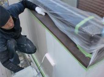 同じく下塗りの様子です。水性ミラクシーラーエコを使用しています。
