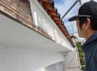 木部の下塗りには、ニッペのパーフェクトプライマーを使用しています。