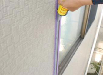 窓まわりはシールプライマーを塗布後、コーキングを増し打ちします。
