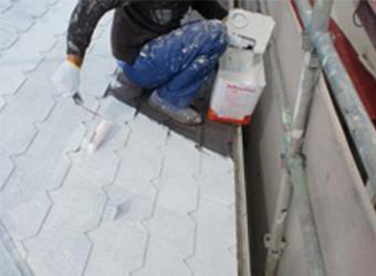 下塗りの様子です。ミズタニの快適サーモ水系シーラーを使用しています。