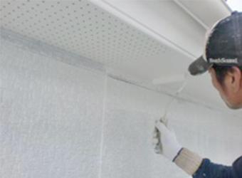 軒天の塗装の様子です。ニッペケンエースG-2を使用しています。