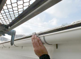 雨樋のケレン作業中です。古い塗膜や汚れを落とすことで、新たな塗膜の密着を高めます。