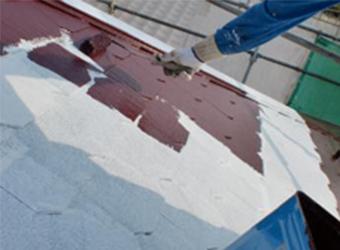 屋根の中塗りをしています。遮熱効果が期待できる、ミズタニの快適サーモWSiを塗っています。