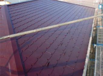 屋根の中塗りが完了した様子です。