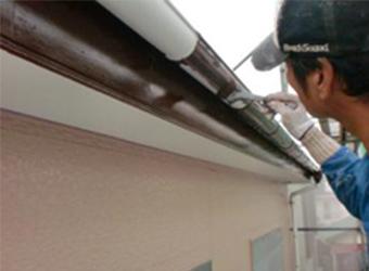 雨樋の中塗りをしています。エスケー化研のクリーンマイルドシリコンを使用しています。