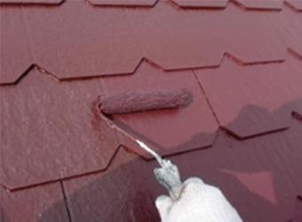 屋根の上塗りの様子です。